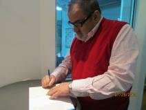 firmando su libro a Reyna